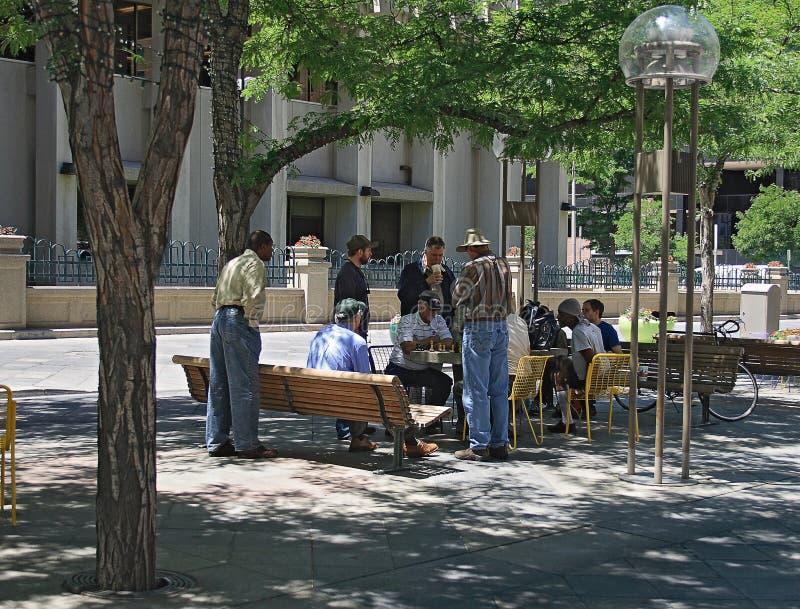 放松和下棋的人们在街市丹佛,科罗拉多 库存照片