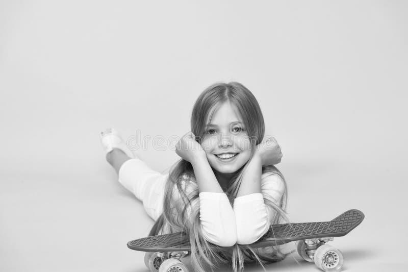 放松和乐趣 愉快的童年 孩子女孩放松精瘦的便士板 现代青年爱好 少女休闲概念 愉快的女孩 图库摄影