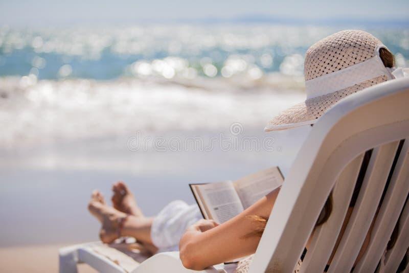 放松和读在海滩 库存图片
