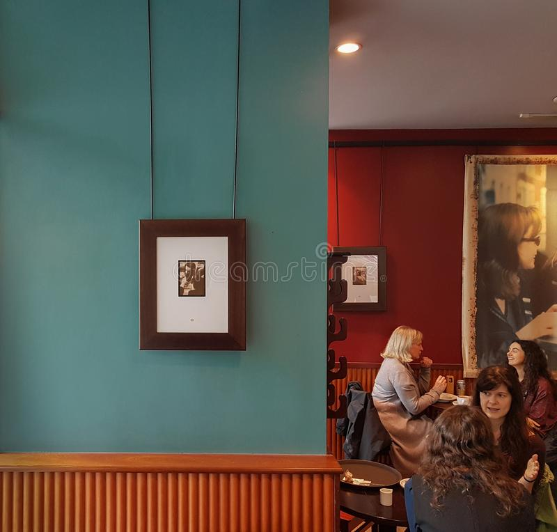 放松在一个大气咖啡馆的妇女在曼彻斯特在一个冬天 库存图片
