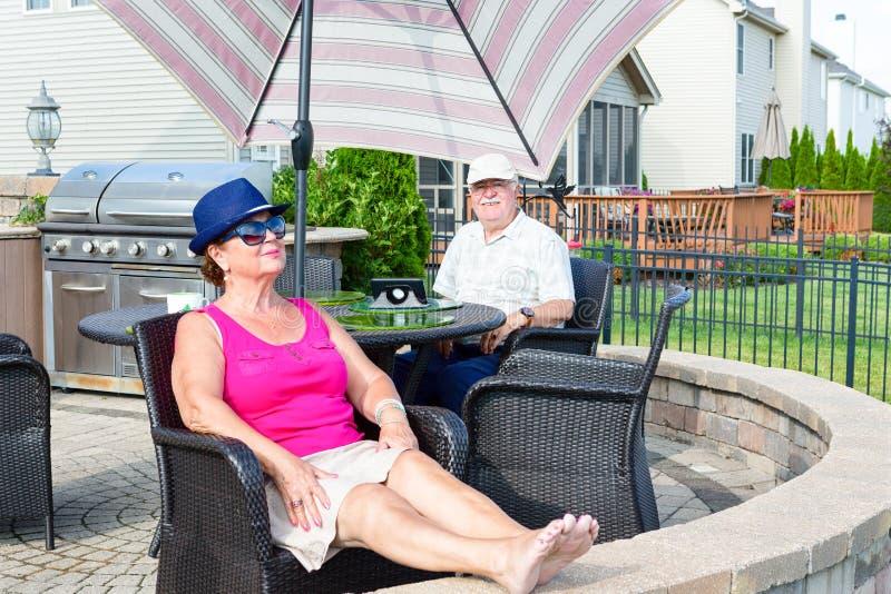 放松在一个高级露台的年长夫妇 免版税库存图片