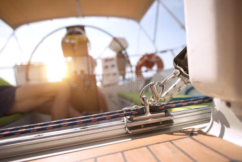 放松在他的风船的水手在日落 库存图片
