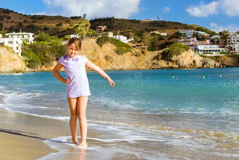 放松在克里特岛海的女孩 手段巴厘岛,希腊 库存照片