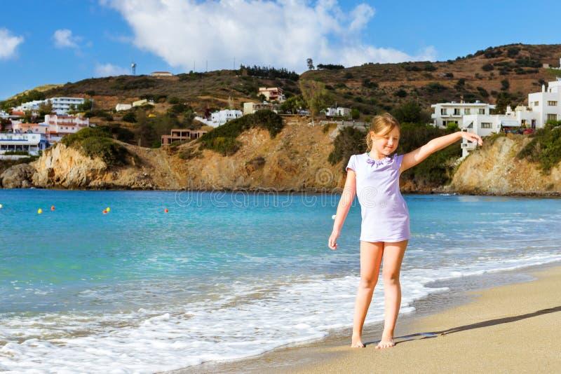放松在克里特岛海的女孩 手段巴厘岛,希腊 图库摄影