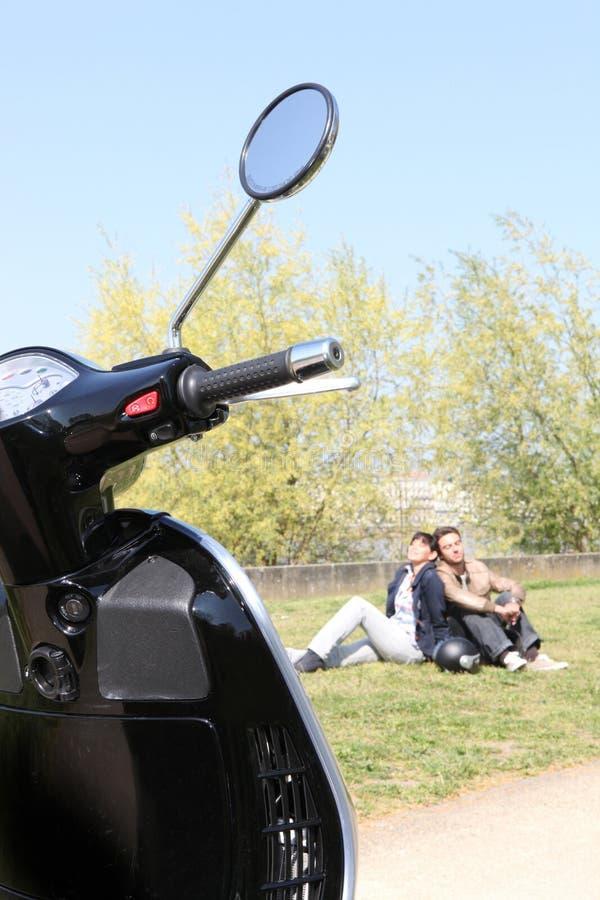放松在公园的夫妇 免版税库存照片