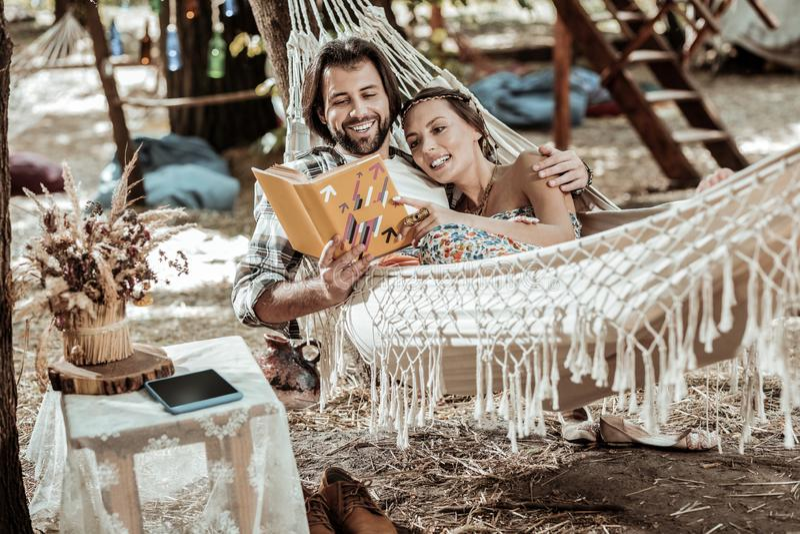 放松在公园的嬉皮微笑的夫妇  库存图片