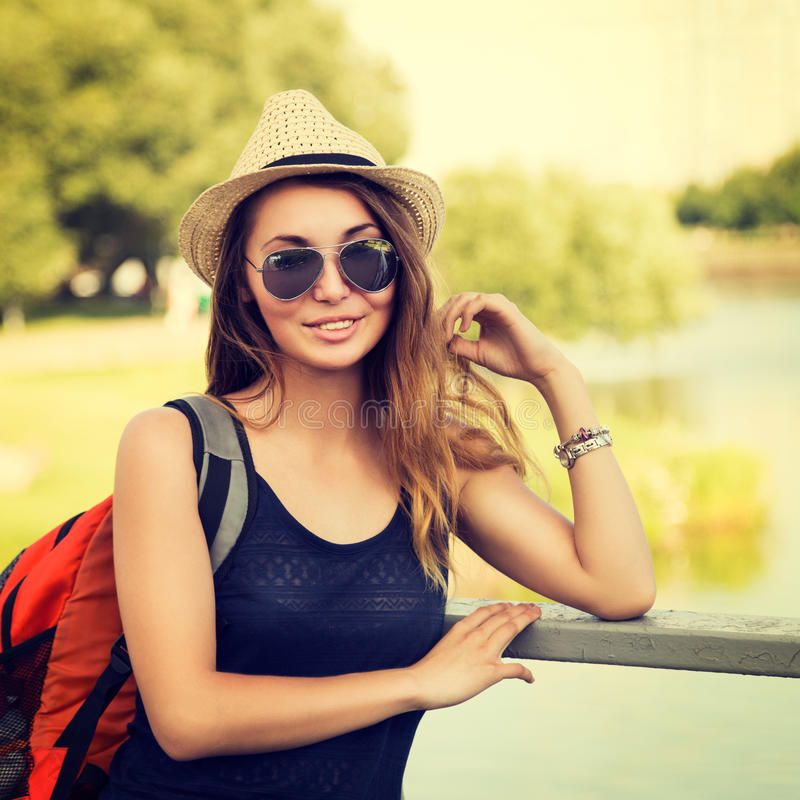 放松在公园的时髦行家女孩 库存照片
