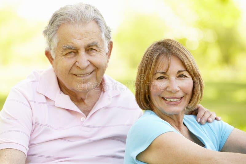 放松在公园的资深西班牙夫妇 免版税库存图片