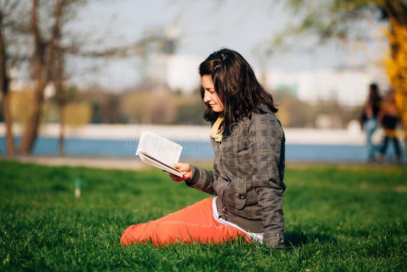 Download 放松在公园 库存照片. 图片 包括有 享用, 钉书匠, 青年时期, 公园, 休闲, 故事书, 绿色, 健康 - 62532056