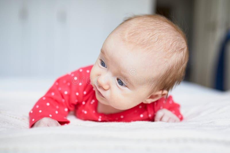 放松在卧室的女婴 图库摄影