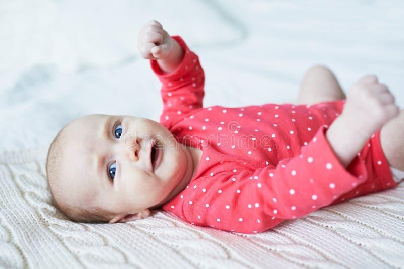放松在卧室的女婴 免版税库存照片