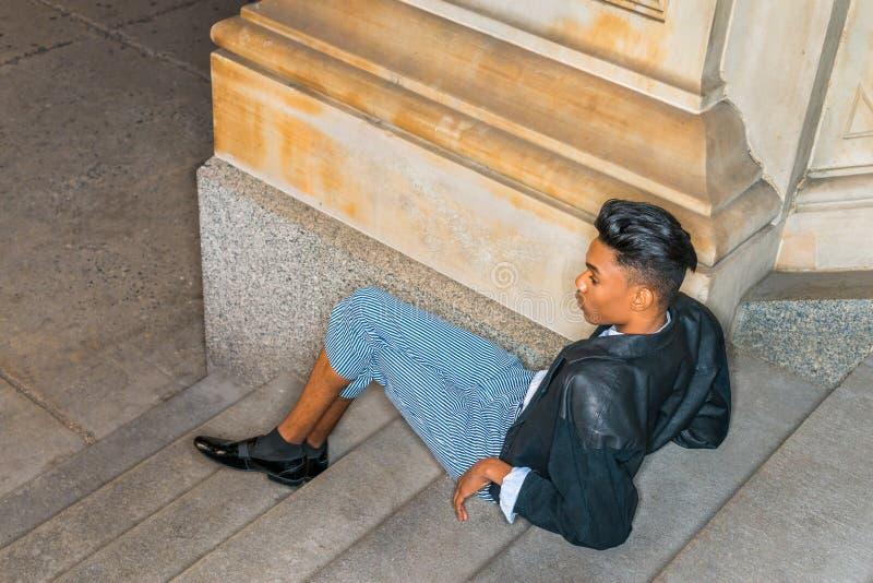 放松在台阶的少年 库存照片