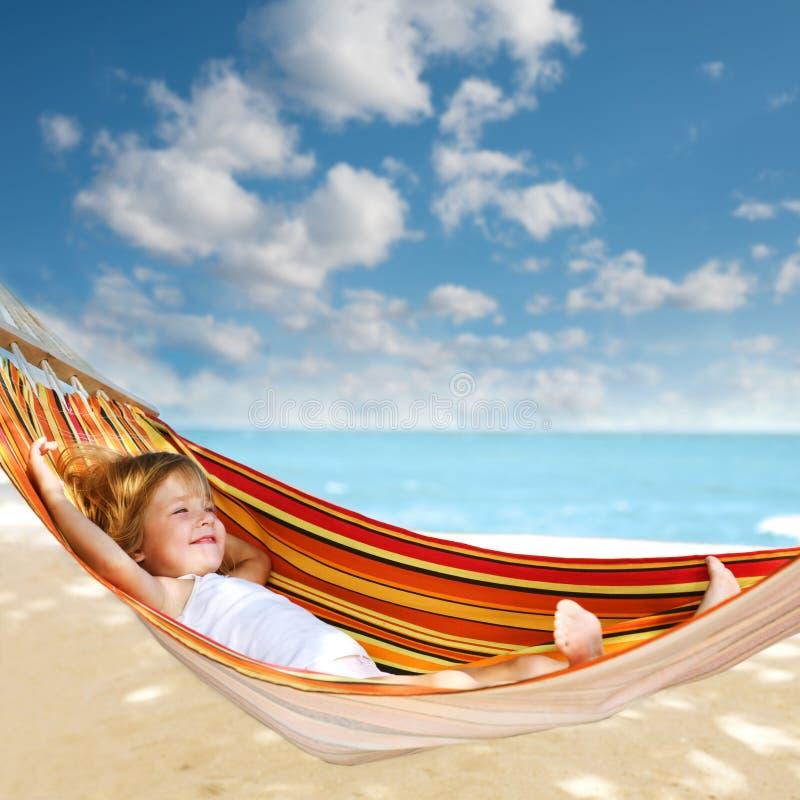 放松在吊床的孩子 免版税库存照片