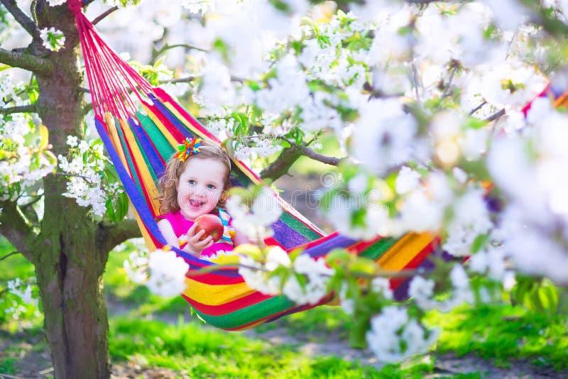 放松在吊床的小女孩 免版税库存图片