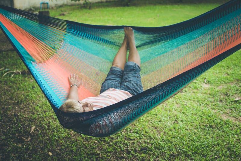 放松在吊床的资深夫人 免版税图库摄影