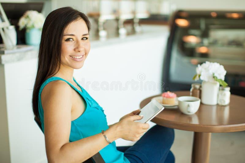 Download 放松在咖啡店的妇女 库存图片. 图片 包括有 舒适, 自助餐厅, 食物, 放松, 咖啡, 联络, brunhilda - 59109511