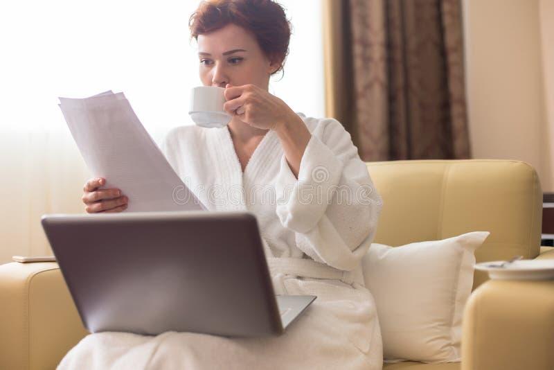 放松在商务旅行的少妇 免版税库存图片