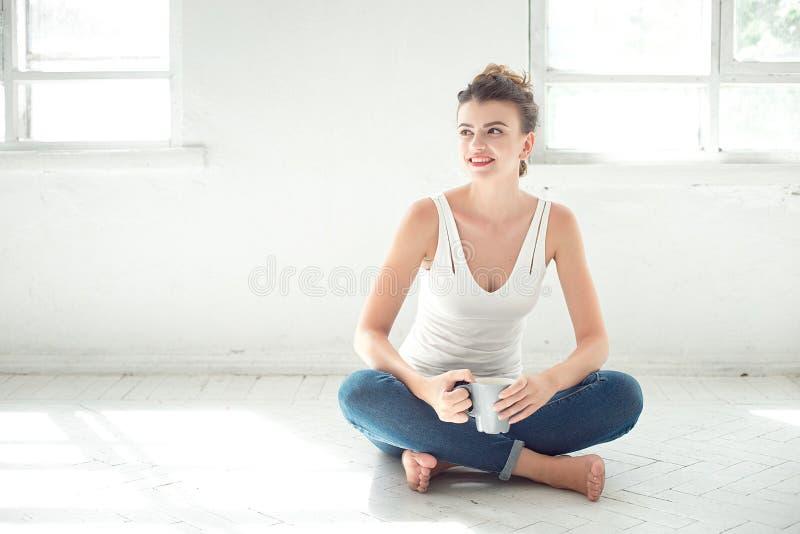 放松在地板上的可爱的赤足妇女 库存图片