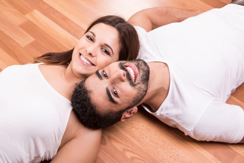 放松在地板上的夫妇 免版税库存图片