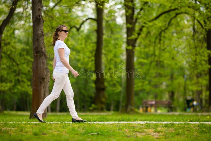 放松在城市公园的中年妇女 免版税库存照片