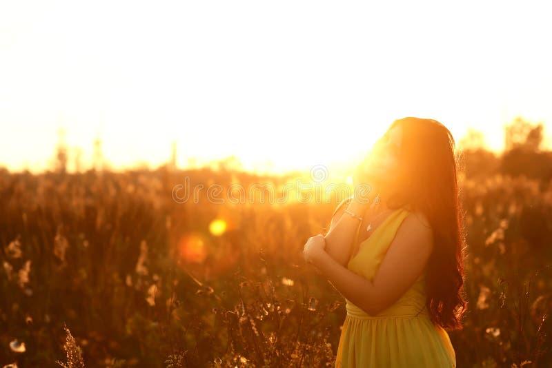 放松在夏天日落天空的少妇室外 人自由样式 时尚生活方式,美丽的年轻女人画象  库存照片