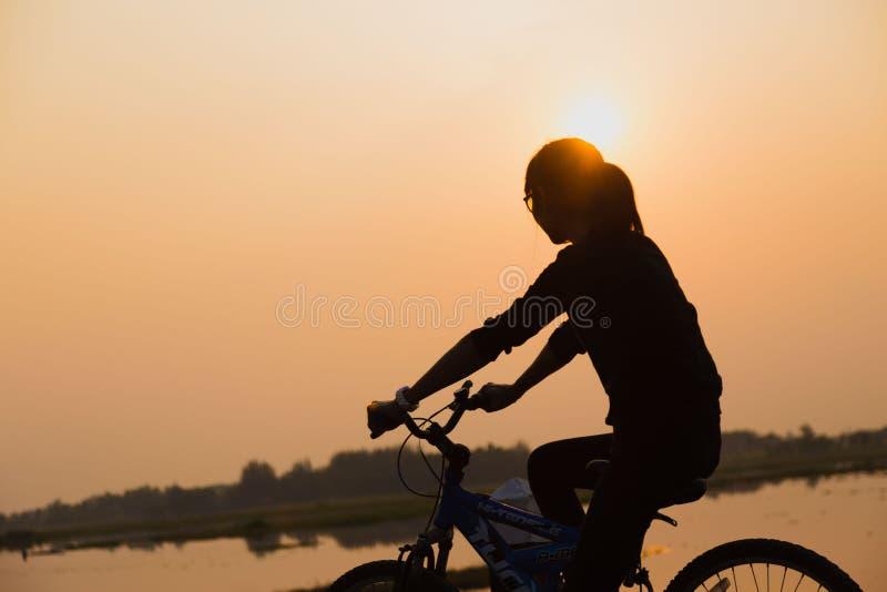 放松在夏天日落天空的年轻女人室外 人自由样式 库存照片