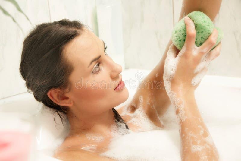 放松在她的浴的妇女 免版税库存照片