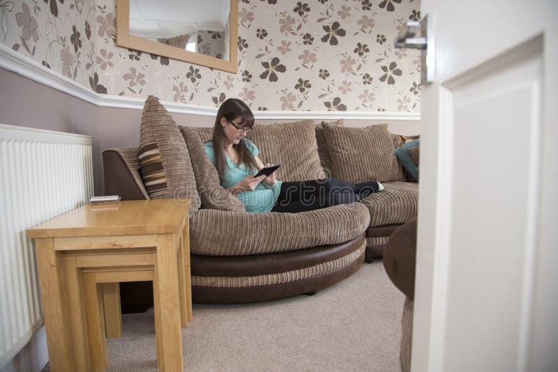 放松在客厅的小姐 库存照片