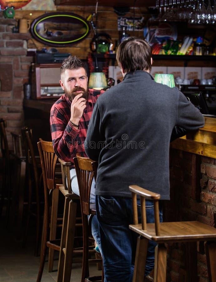 放松在客栈的朋友 与陌生人的友好的交谈 行家残酷有胡子的人花费与朋友酒吧的休闲 库存照片