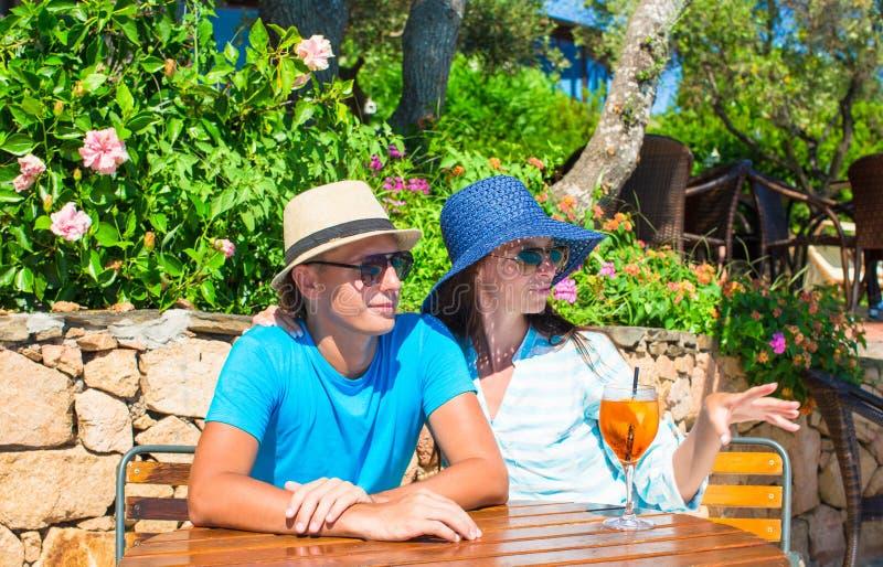 放松在室外咖啡馆的年轻夫妇 免版税库存照片