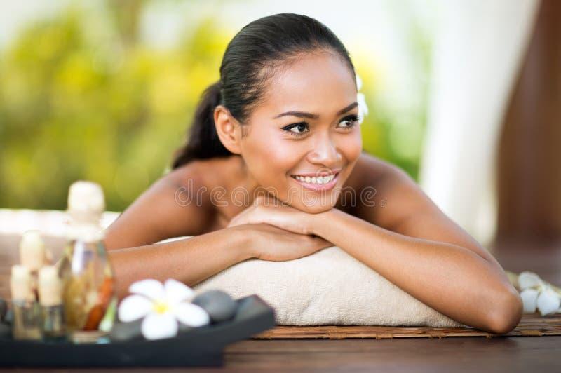 放松在室外温泉的妇女自然秀丽 库存照片