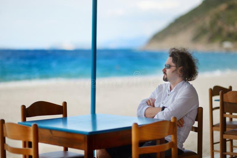 放松在室外餐馆的年轻人 免版税库存照片