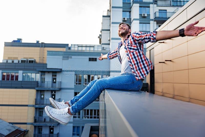 放松在屋顶大阳台的快乐的人 图库摄影