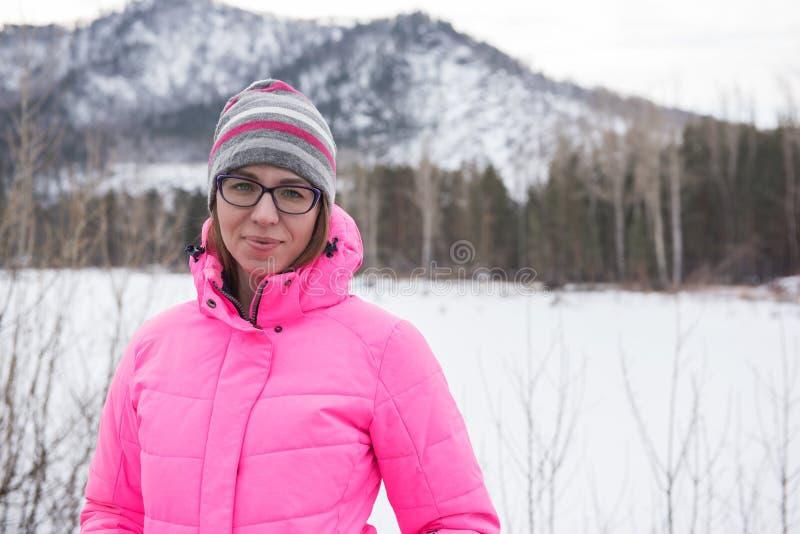 放松在山上面的愉快的妇女  免版税库存图片