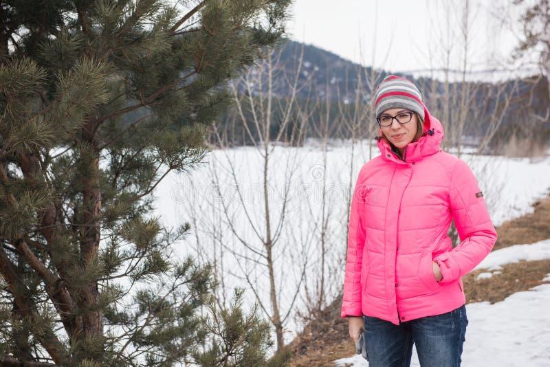 放松在山上面的愉快的妇女  库存照片