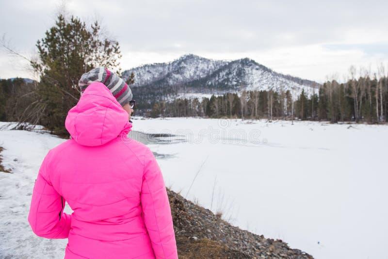 放松在山上面的愉快的妇女  图库摄影
