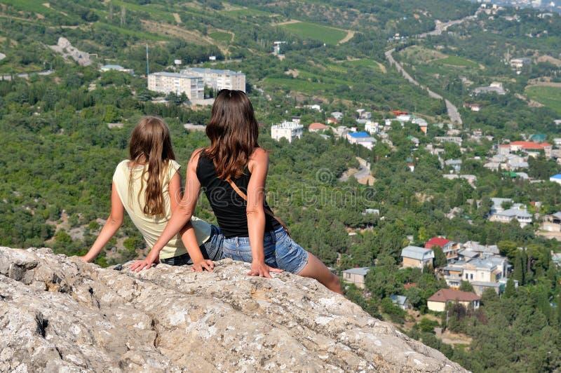 放松在山的一个岩石 免版税图库摄影