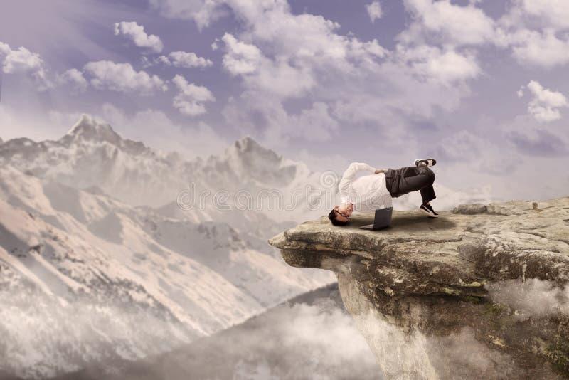 放松在山的生意人 库存图片