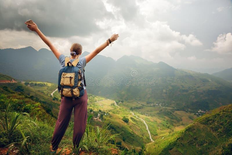 放松在山顶部和享受看法晴朗的vall的远足者 库存照片