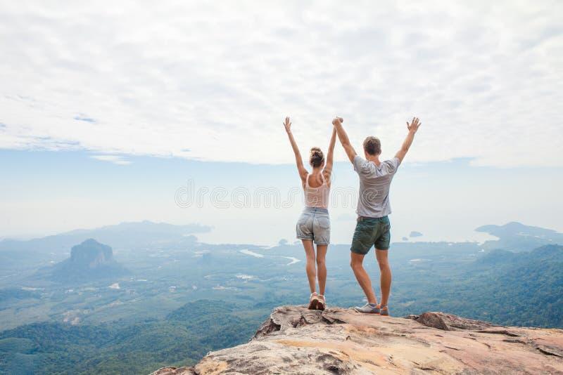 放松在山顶部的徒步旅行者 库存照片