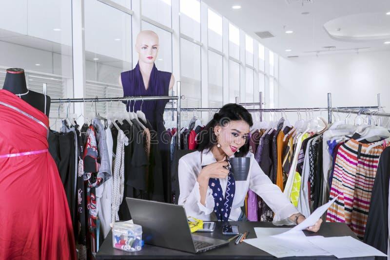 放松在工作场所的女性时尚编辑 库存照片