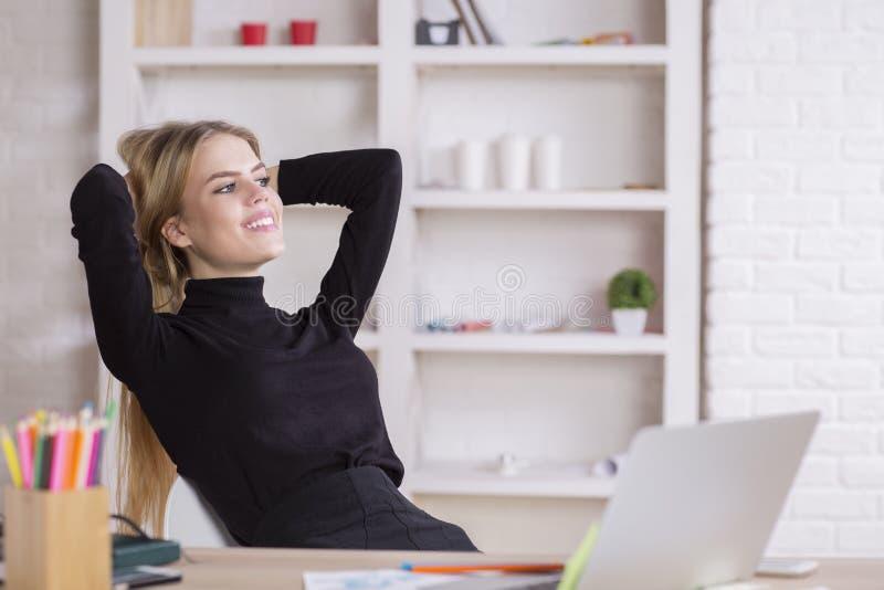 放松在工作场所的妇女 库存图片