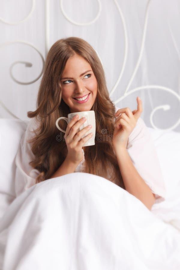 放松在床上的美丽的私秘妇女 库存图片