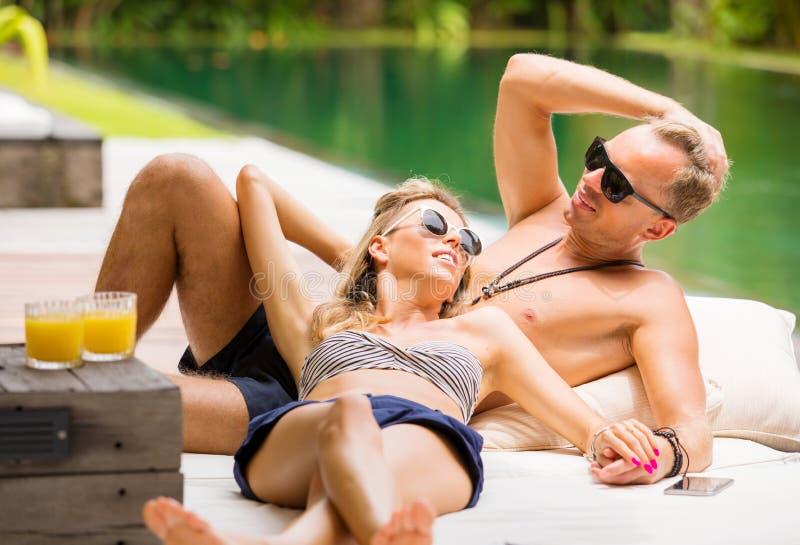 放松在度假的夫妇 免版税库存图片