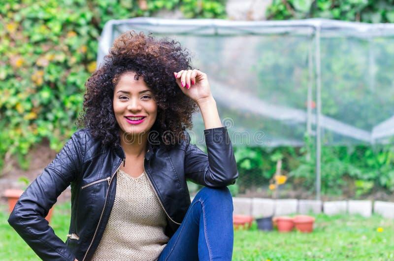 放松在庭院里的异乎寻常的美丽的女孩 图库摄影