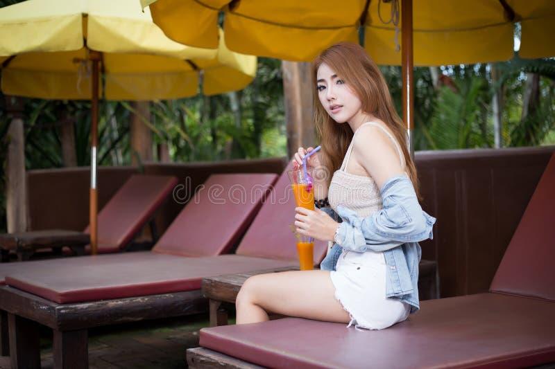 放松在手段的年轻美丽的亚裔妇女 库存图片