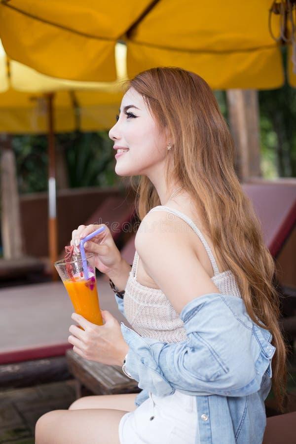 放松在手段的年轻美丽的亚裔妇女 库存照片