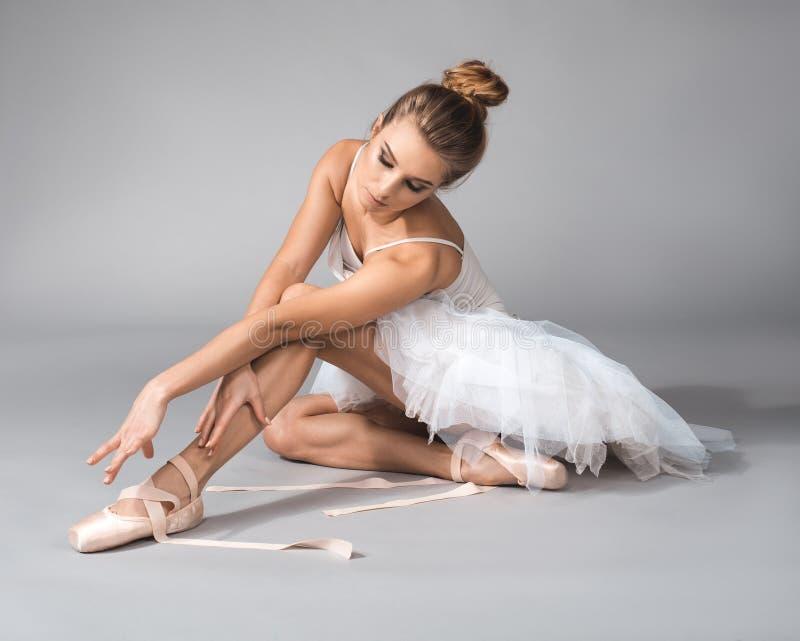 放松在排练以后的女性跳芭蕾舞者 库存图片