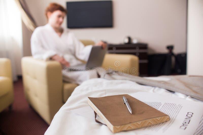 放松在旅馆里的女实业家在旅行期间 库存图片