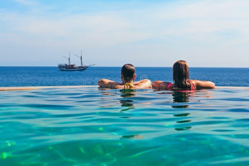 放松在无限游泳池有海视图 库存照片